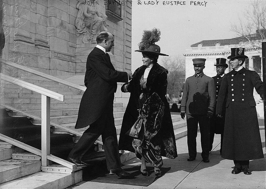 Gentleman John Barrett podáva ruku lady Eustace Percy