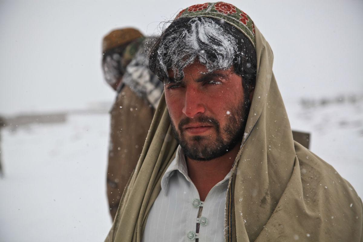 Muž na ktorého padá sneh