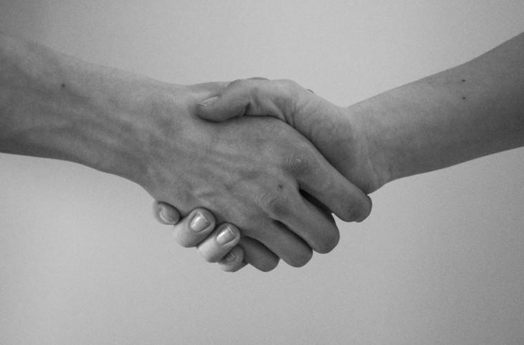 Dvaja ľudia si podávajú ruku