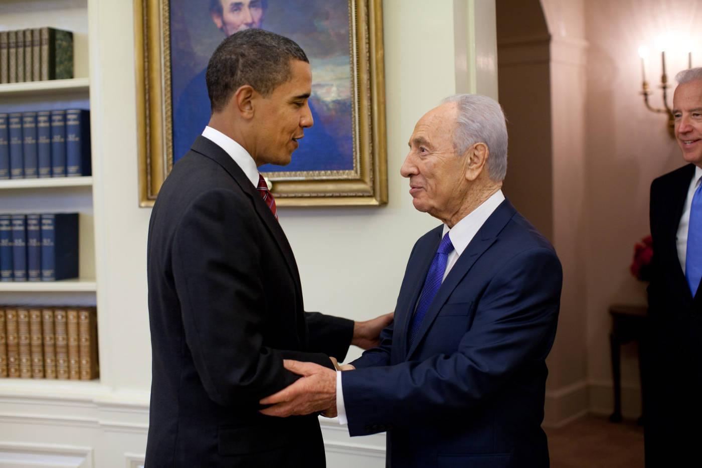 Barack Obama podáva ruku izraelskému prezidentovi Shimon Peresovi