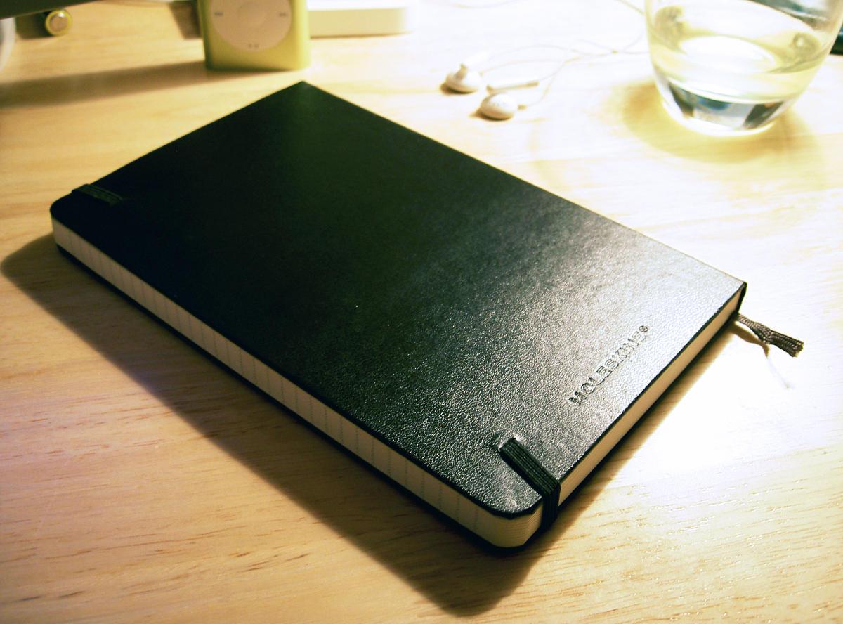 Zápisník Moleskine ležiaci na stole