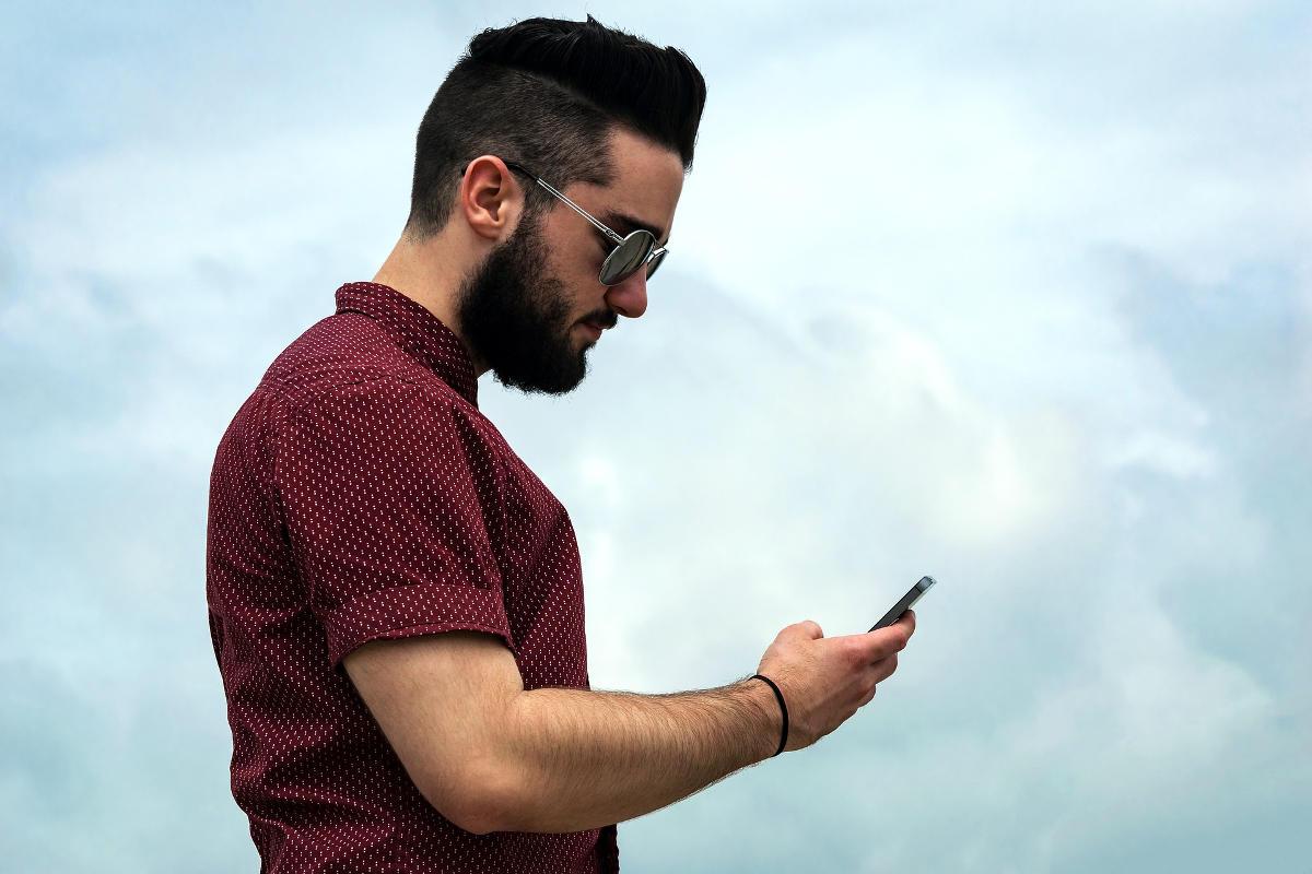 Muž sa chystá telefonovať