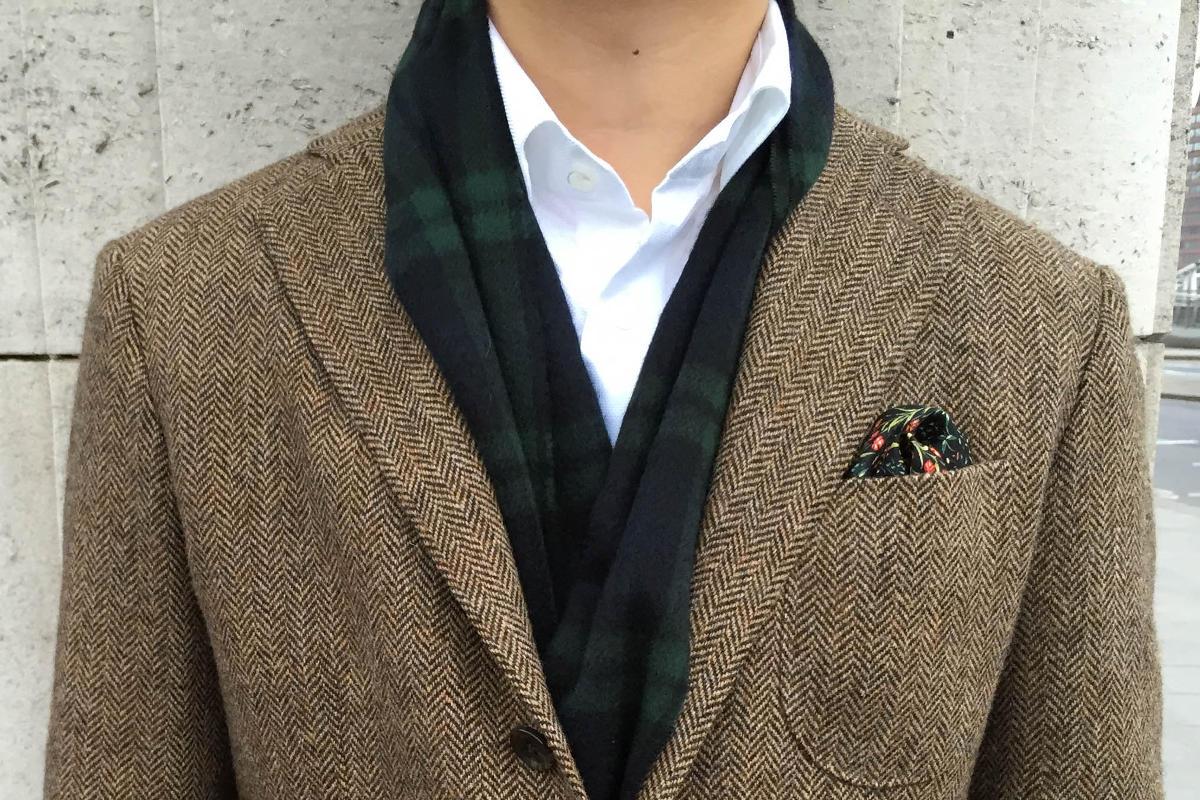 Blejzer piskovej farby so zelenou vreckovkou vo vrecku
