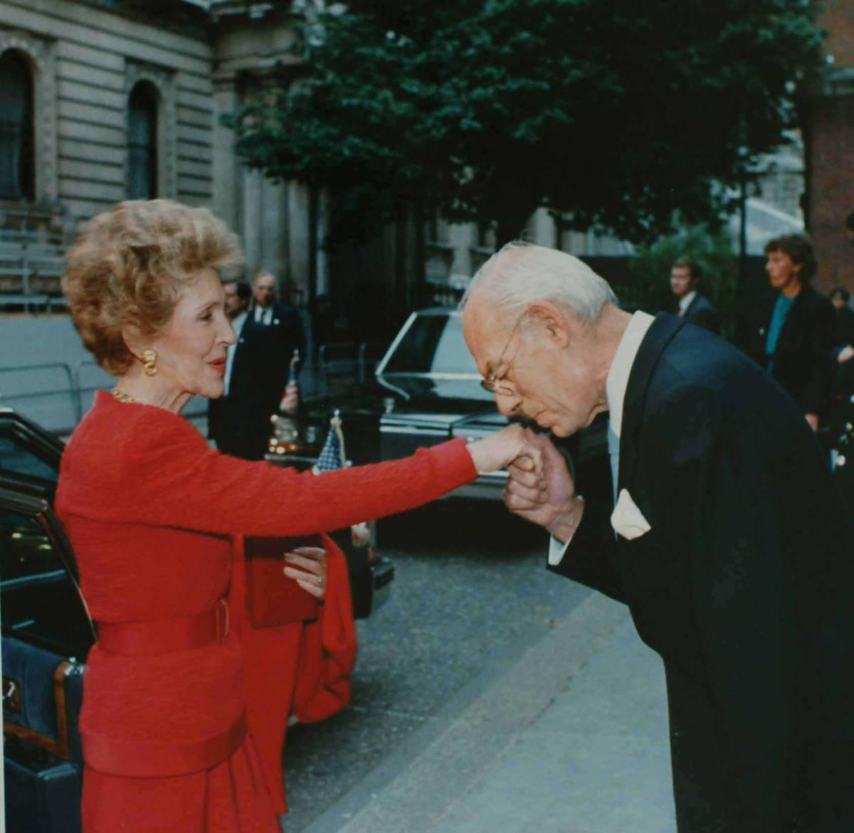 Denis Thatcher bozkáva na ruku Nancy Reagan