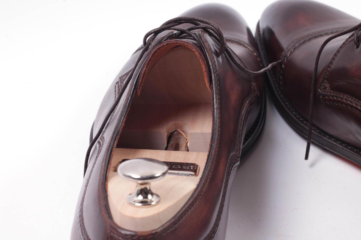 Cédrový napínač v koženej topánke