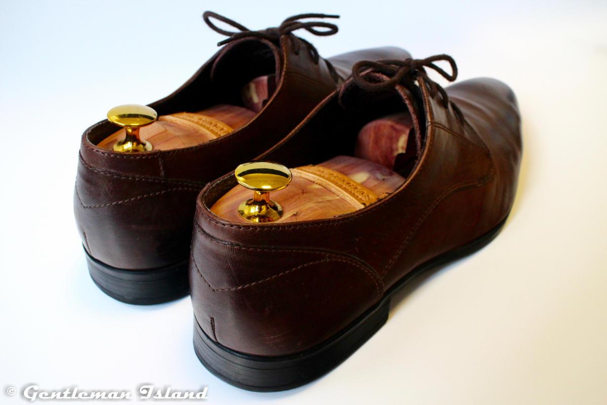 Napínače z cédrového dreva v hnedých kožených topánkach