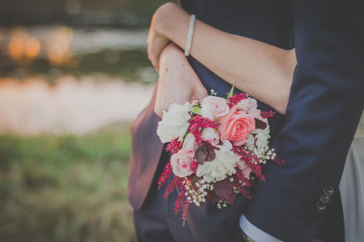 Gentleman daroval žene kvety